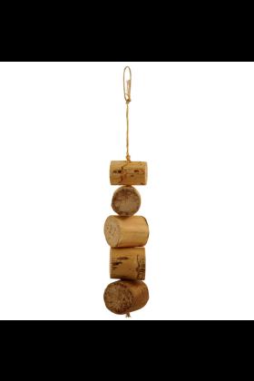 De Bird Kabob Fiësta bestaat uit onweerstaanbare versnipperbare blokken van Agave (cactushout) welke geknoopt zitten aan sisaltouw.