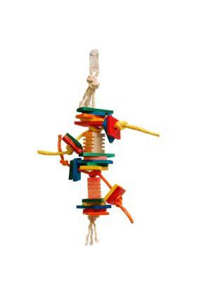Deze Zoo-Max Coleop is 1 van de leuke papegaaienspeeltjes in de serie met de Groovy blokken. De Coleop heeft verschillende vormen houten blokjes welke jouw vogel al knagend kan slopen. Door de houtenblokjes is papiertouw geregen.