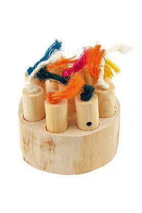 Deze Hide and Treat Puzzle is een stevige houten basis met negen putjes erin geboord waarop negen holle houten pinnen staan.Je kunt voedsel, een traktatie of andere beloningen in de putjes plaatsen en afdekken met behulp van de haringen, en deze vervo