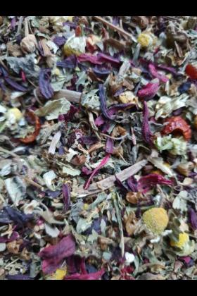 Deze robuuste theemelange voor papegaaien is rijk aan bloemen en bladeren die een heerlijke thee produceren.Gemaakt van volle bloemen zoals Hibiscus, zal deze thee jouw vogel essentiële mineralen en voedingsstoffen leveren, waaronder vitamine C waarva