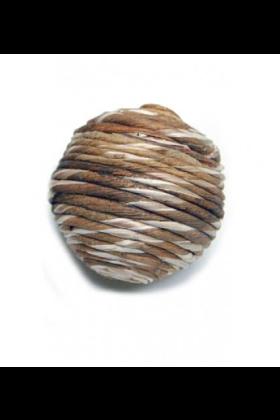 """Kromsnavels houden ervan om aan vormen te knagen waar de gemakkelijk de punt van hun snavel in kunnen zetten.Deze Sola Rope Ball kun je als voetspeeltje aanbieden of je kunt er samen met de vogel mee spelen in de vorm van """"overgooien"""" op de eettafel o"""
